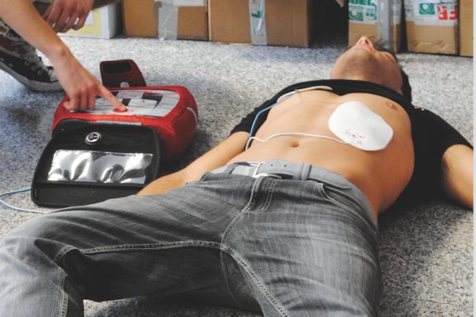 defibrillatore-esterno-696x463